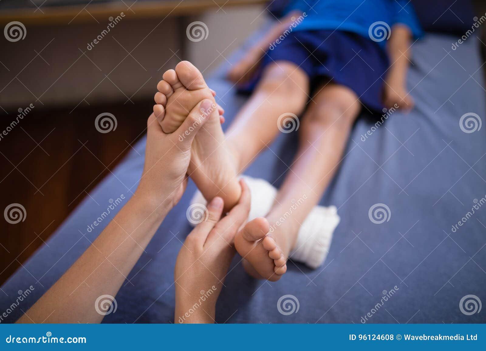 Angolo Letto Ospedale : Punto di vista dell angolo alto del ragazzo che si trova sul letto