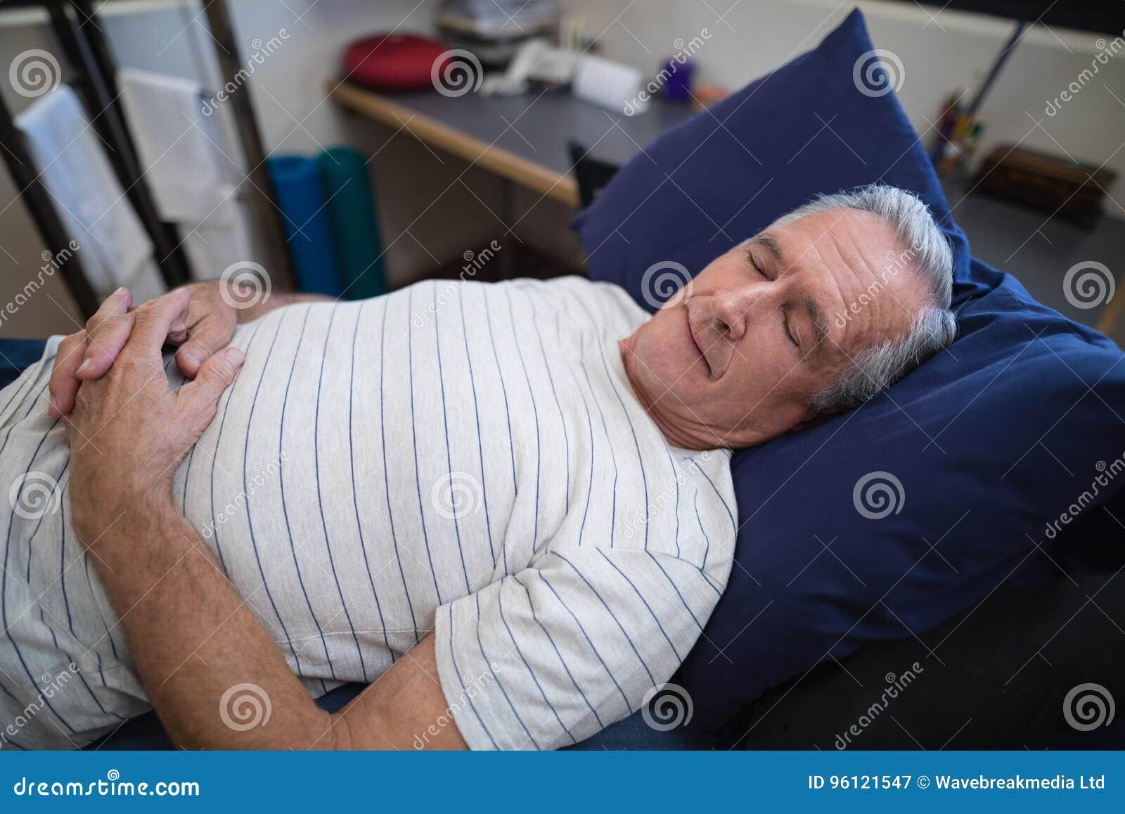 Angolo Letto Ospedale : Punto di vista dell angolo alto dell uomo senior che dorme sul