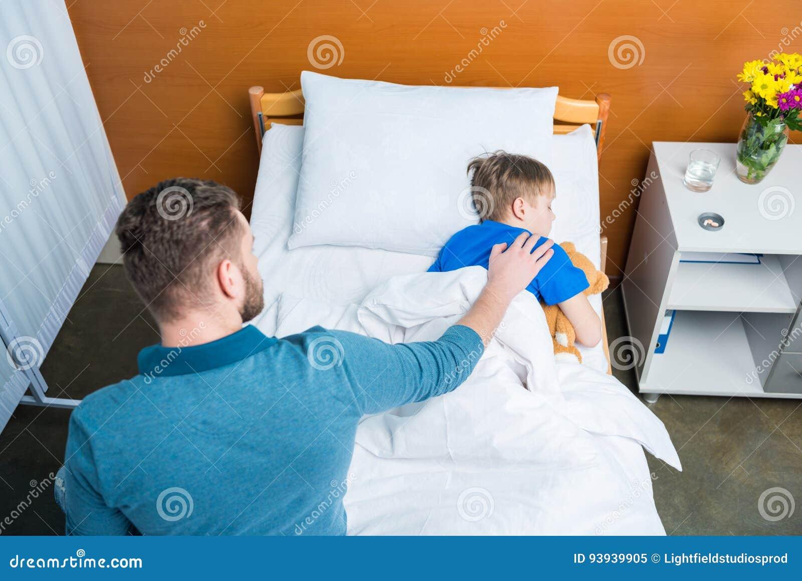 Angolo Letto Ospedale : Punto di vista dell angolo alto figlio malato commovente del padre