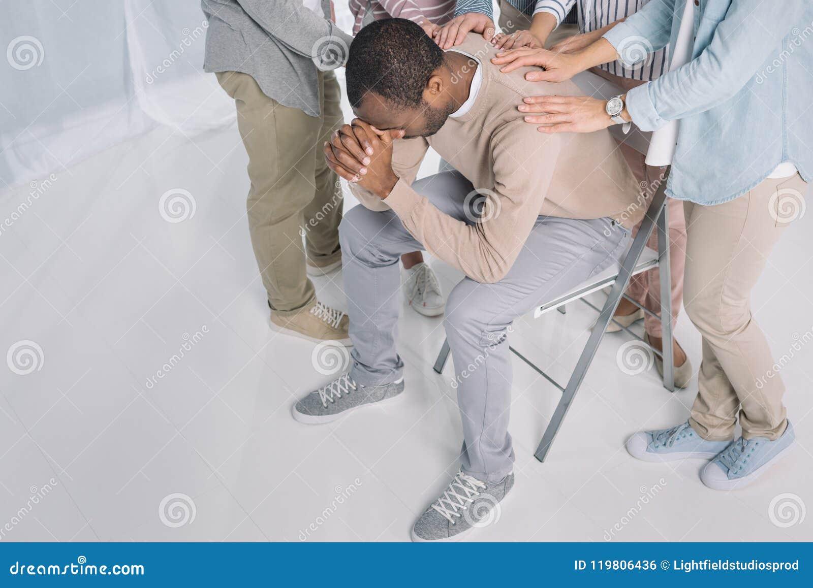 Punto di vista dell angolo alto dell uomo afroamericano depresso sostenente della gente