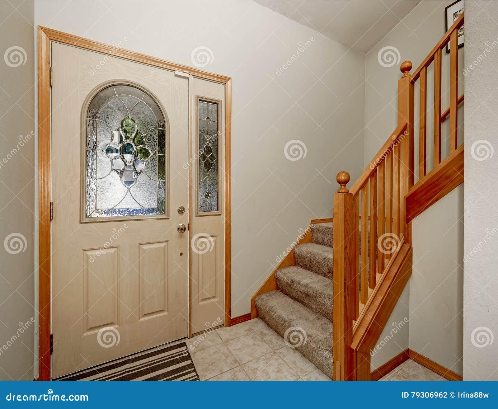 Punto di vista della scala e della pavimentazione in piastrelle di legno ingresso della camera - Piastrelle di legno ...