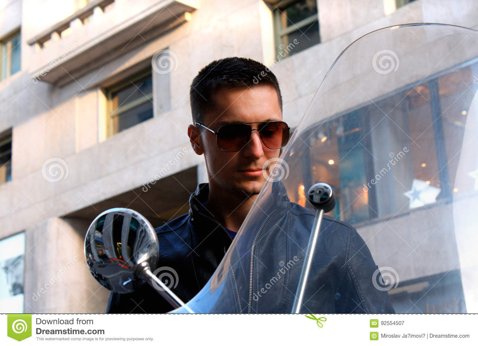 Punto di vista di un uomo sul motociclo con occhiali da sole