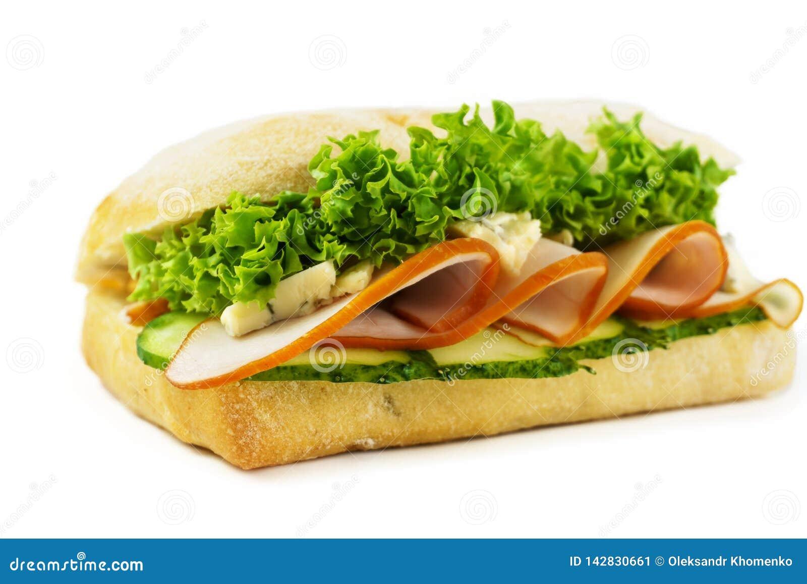 Punto di vista fresco della lattuga, del cetriolo e del prosciutto del panino da sopra