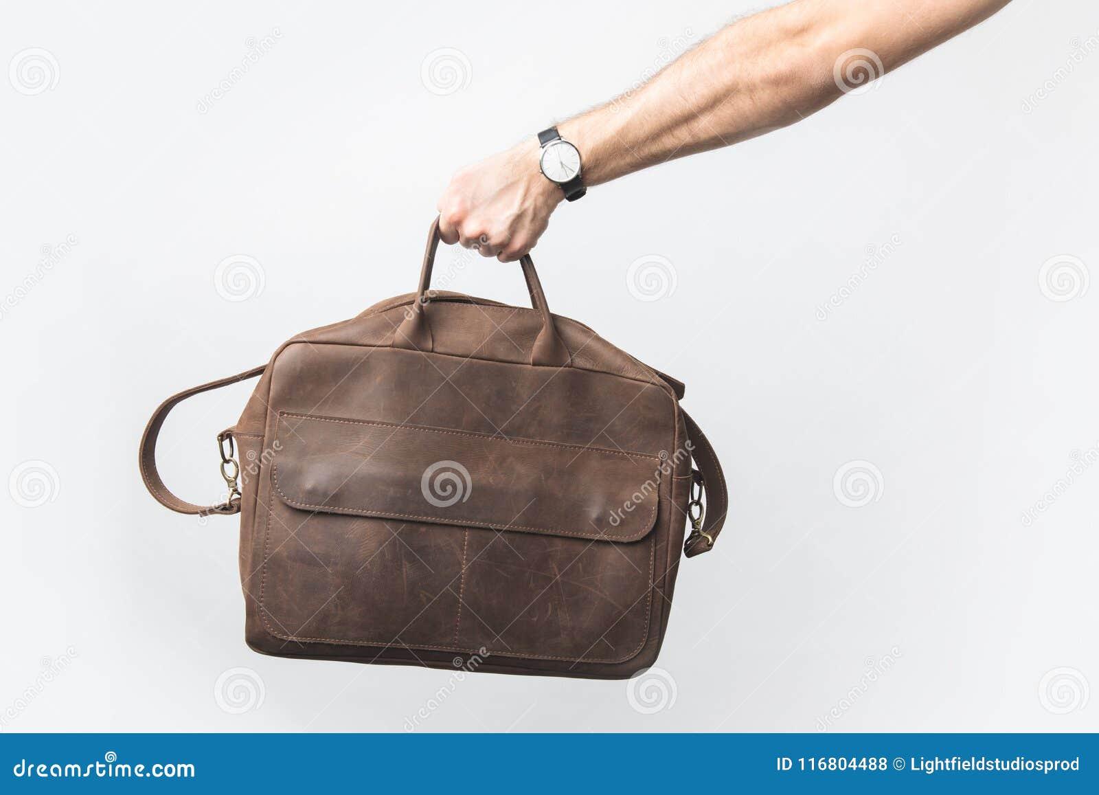 Punto di vista parziale dell uomo che giudica borsa alla moda disponibila