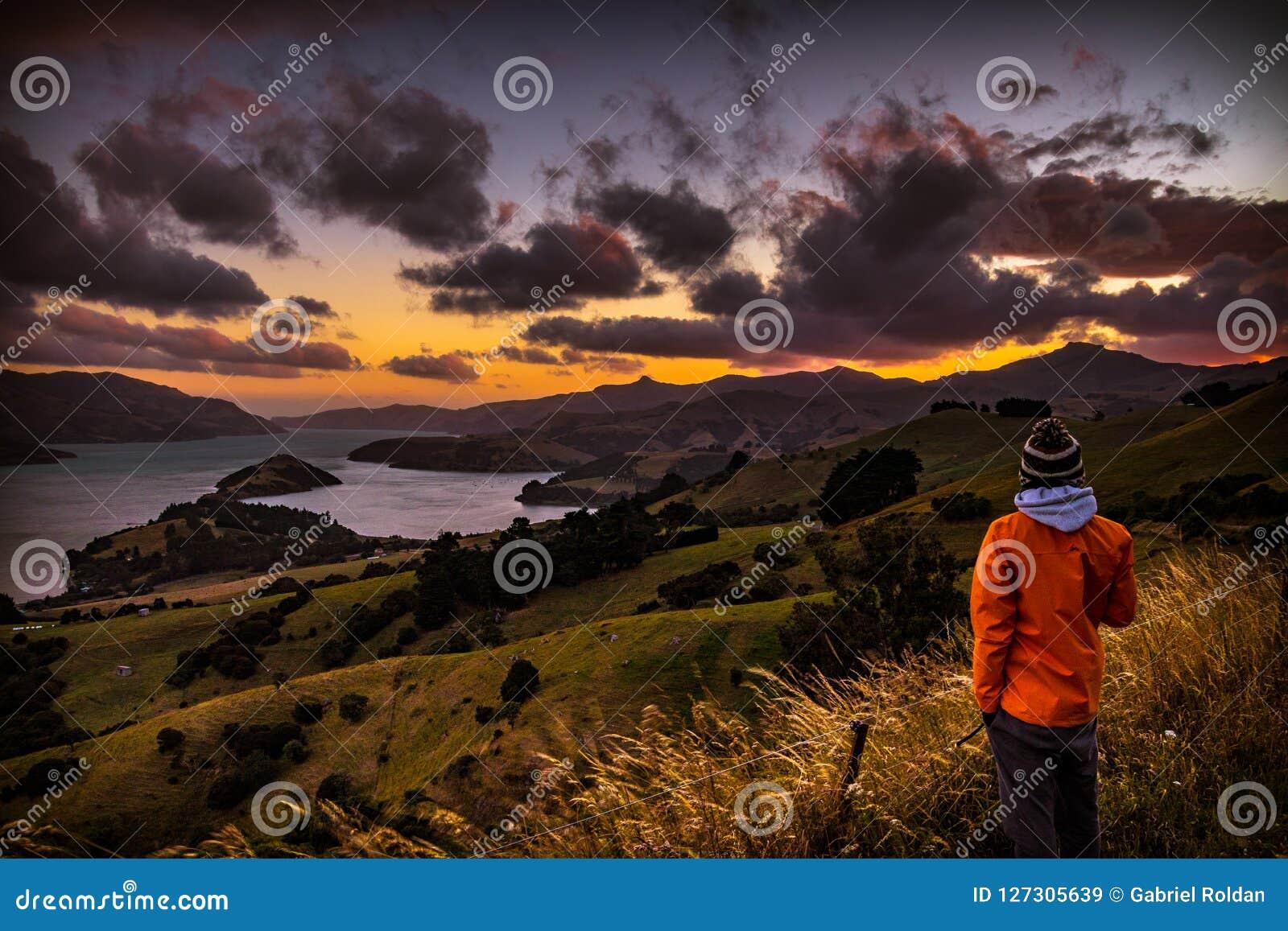 Punto di vista pieno d ammirazione della persona anonima durante il tramonto