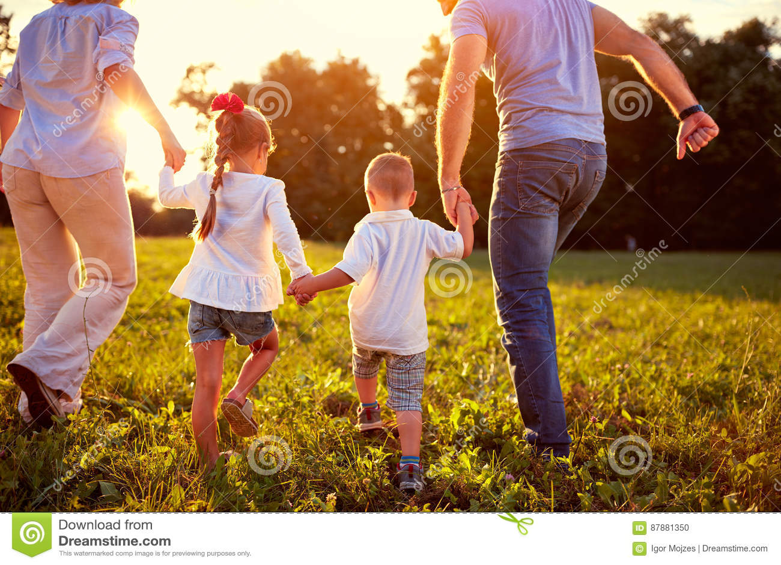 Punto di vista posteriore della famiglia con i bambini insieme