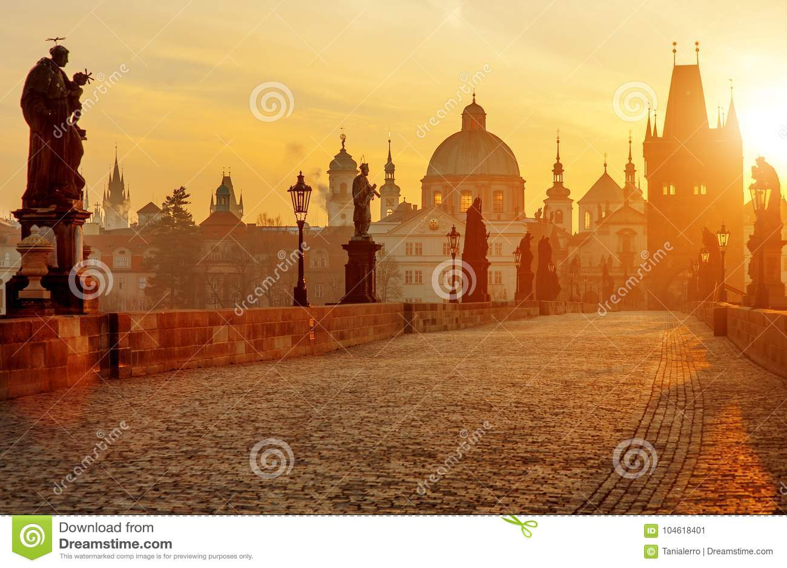 Punto di vista scenico di Charles Bridge ad alba, Praga, repubblica Ceca