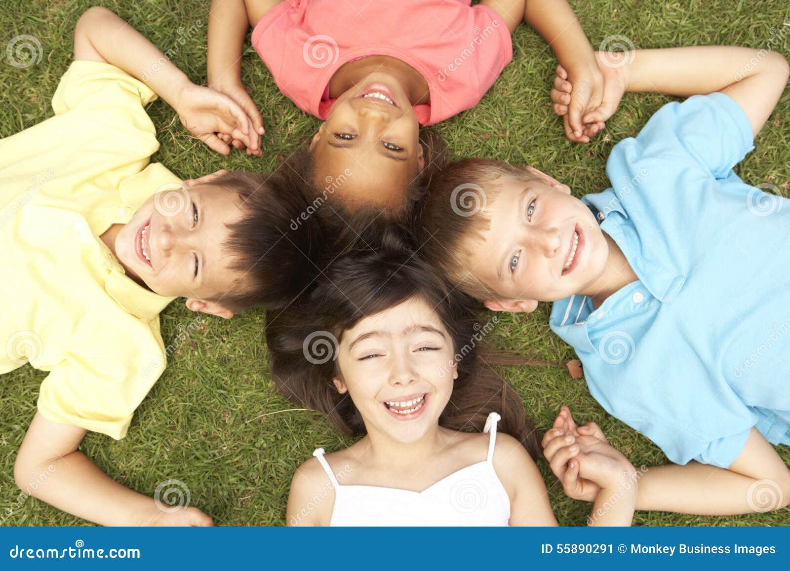 Punto di vista sopraelevato del gruppo di bambini for Per gruppo ilva punto com