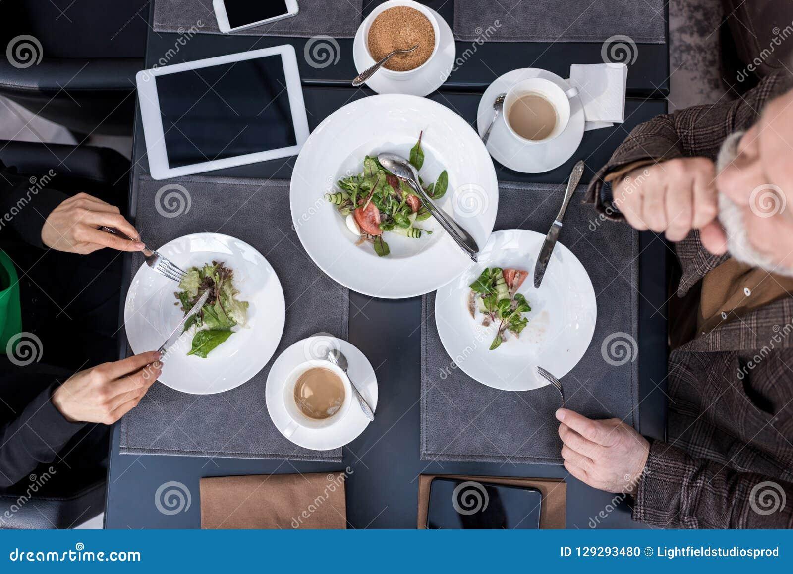 Punto di vista sopraelevato dell uomo e della donna cenando insieme