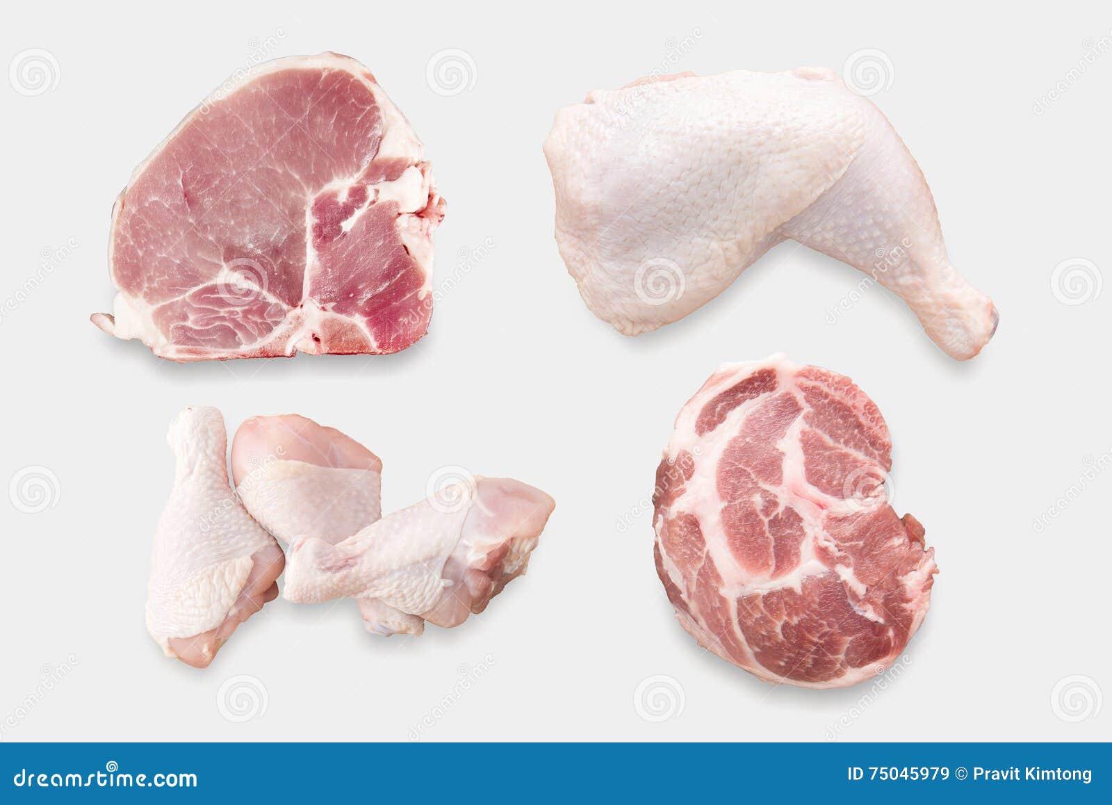 Punto di vista superiore del pollo crudo del modello ed insieme di braciola di maiale isolato sul whi