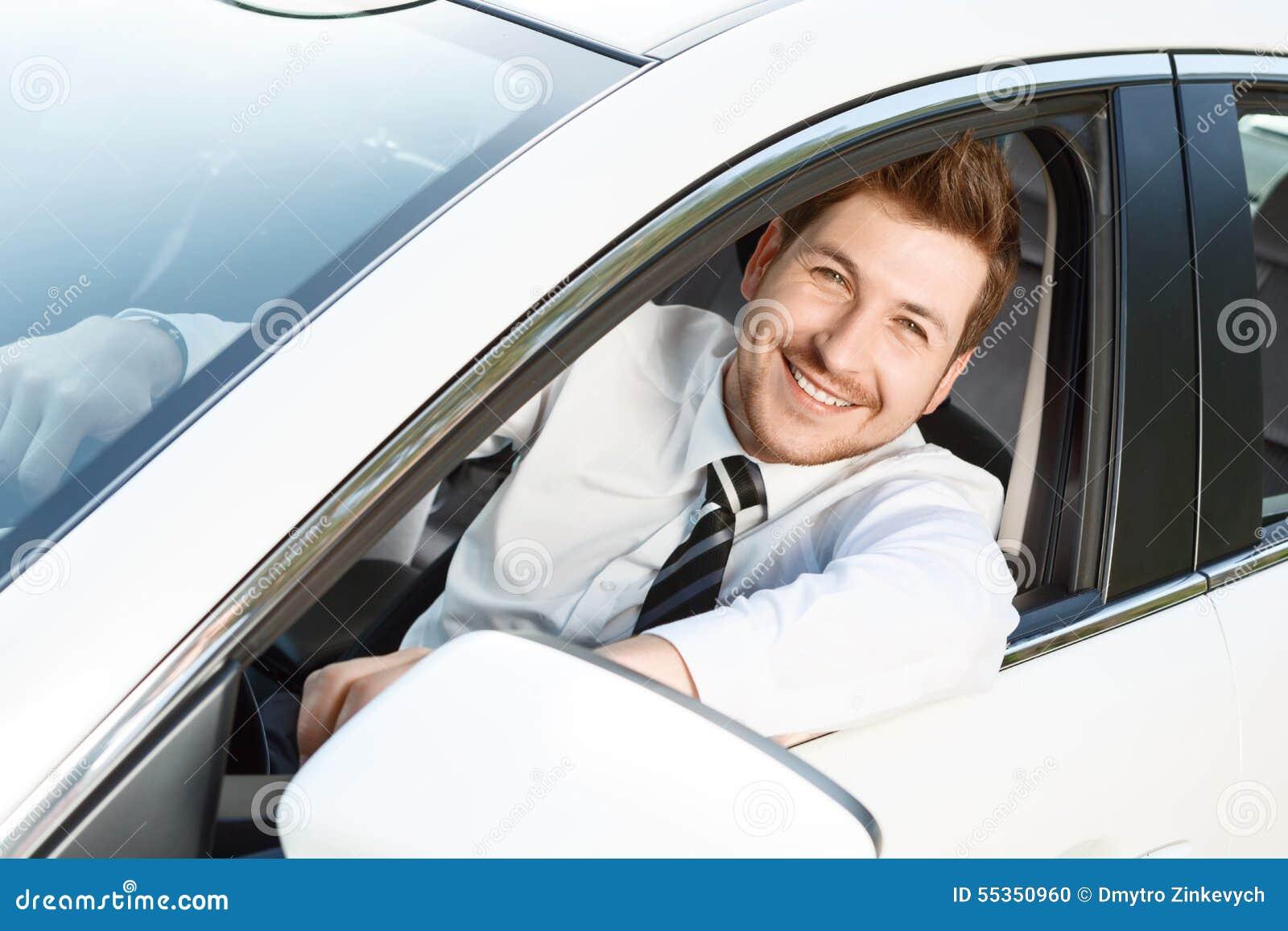 Punto di vista superiore dell uomo sorridente in automobile