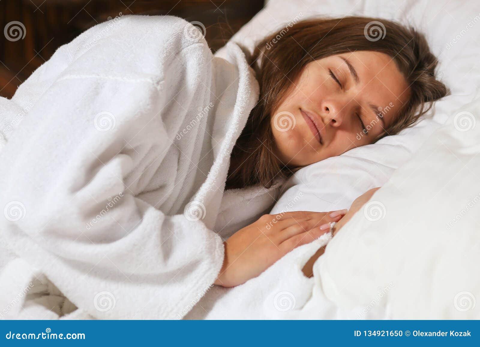 Dormire Abbracciando Il Cuscino