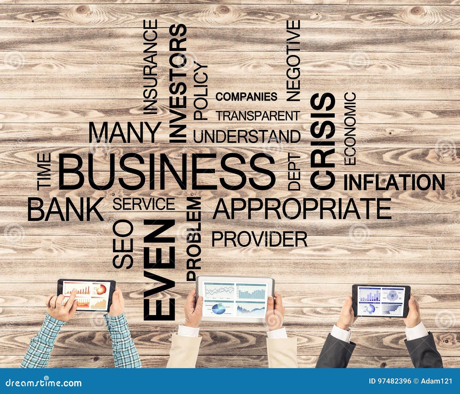 Punto di vista superiore delle persone di affari che si siedono alla tavola e che per mezzo degli aggeggi