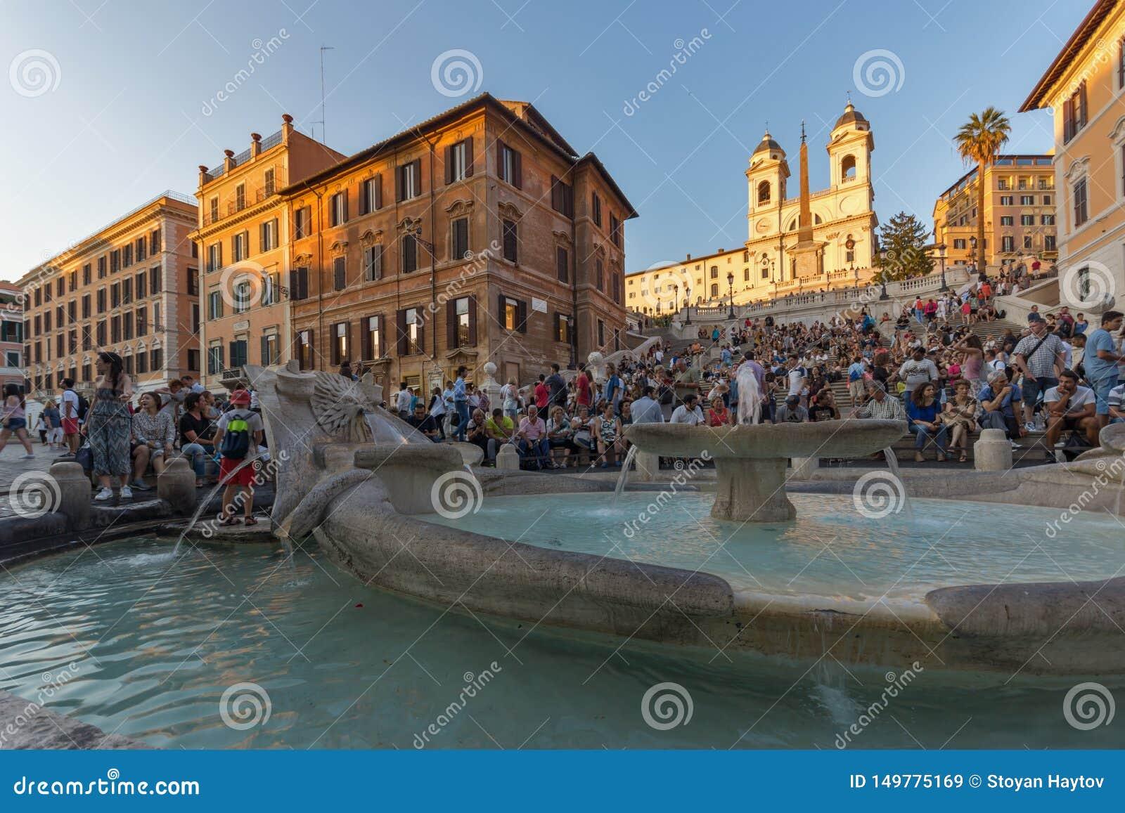 Punto di vista di tramonto dei punti spagnoli e di Piazza di Spagna in città di Roma, Italia