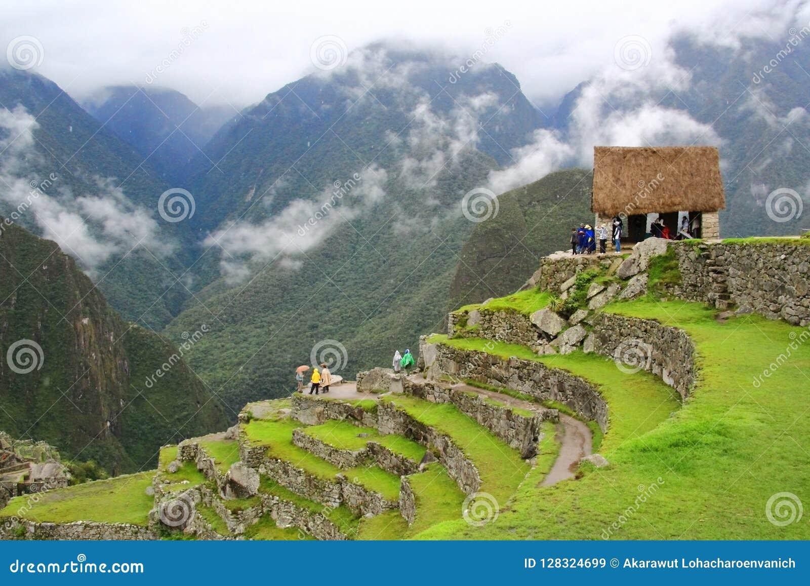 Punto di vista turistico principale di Machu Picchu circondato da nebbia nella stagione delle pioggie