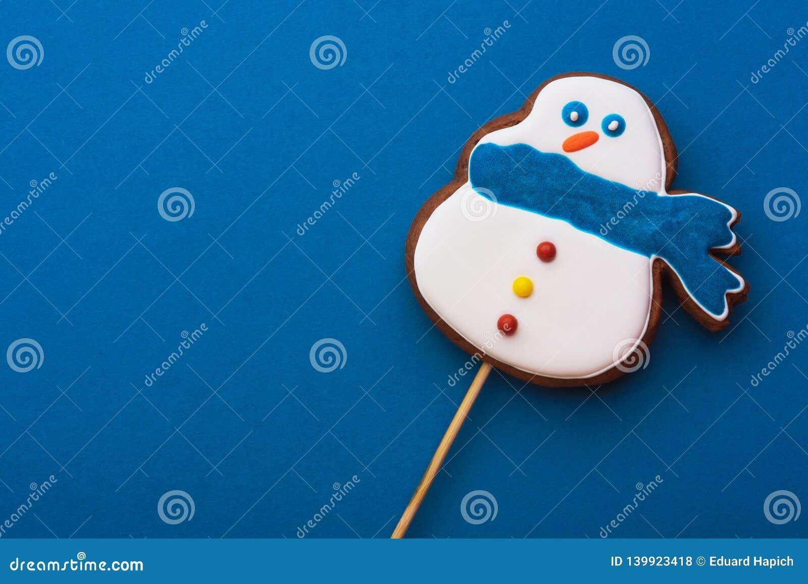 Pupazzo di neve delizioso e delicato su un fondo blu