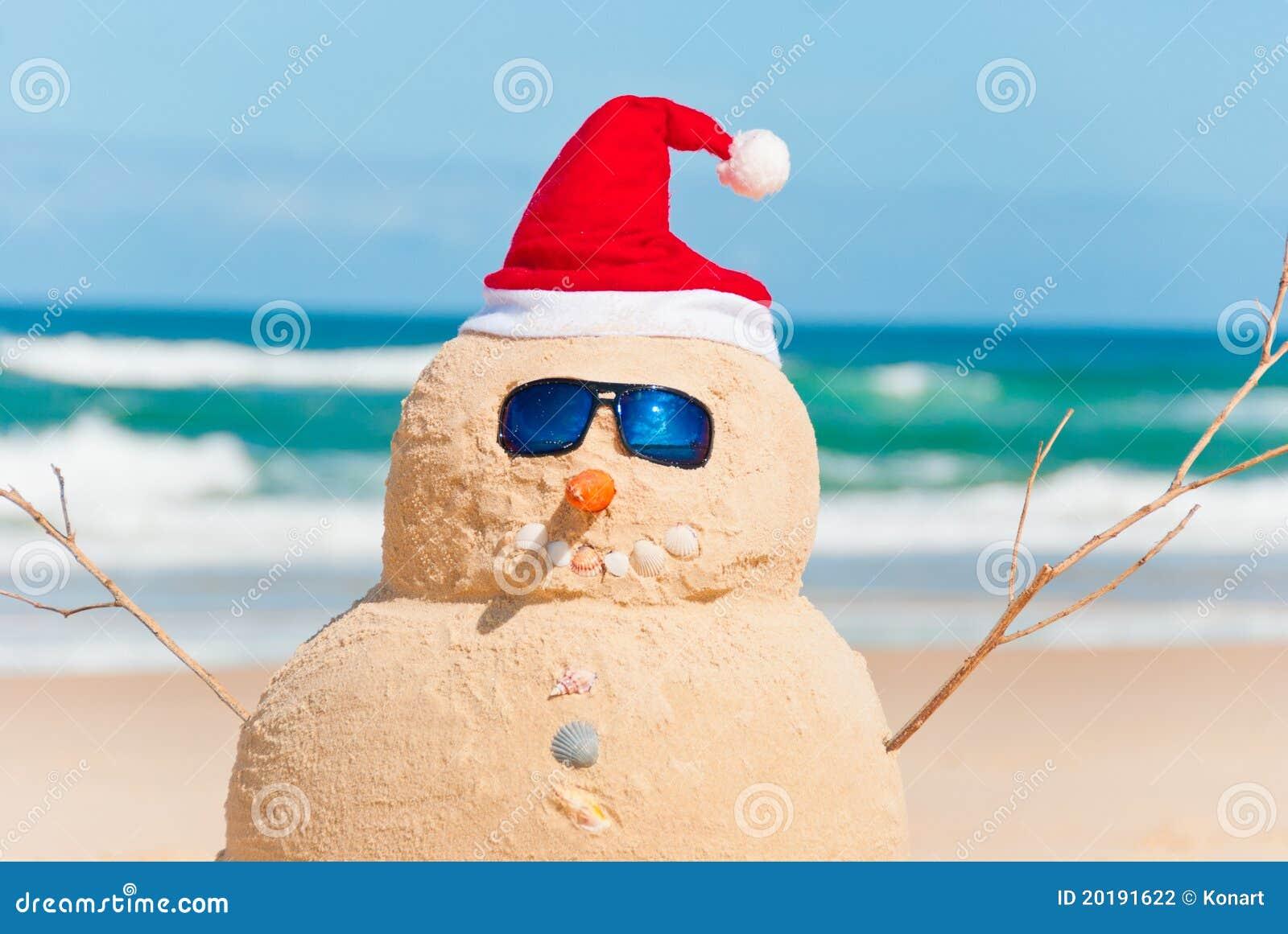 Pupazzo Di Neve Fatto Dalla Sabbia Con Il Cappello Della Santa ... c3761d504d47