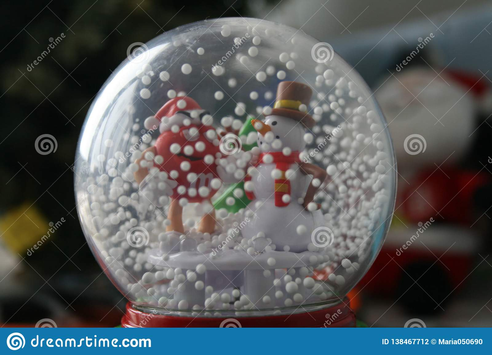 Pupazzo di neve in una palla di vetro - decorazione