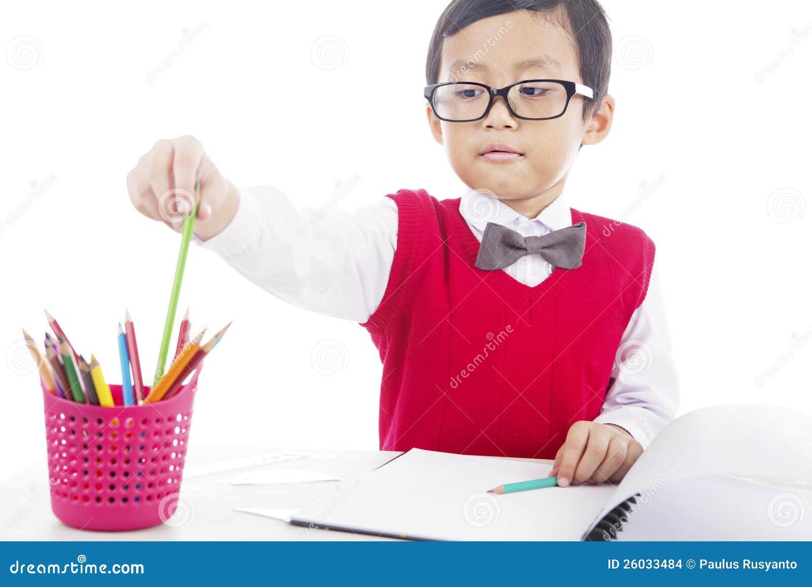 Pupila con los creyones del lápiz