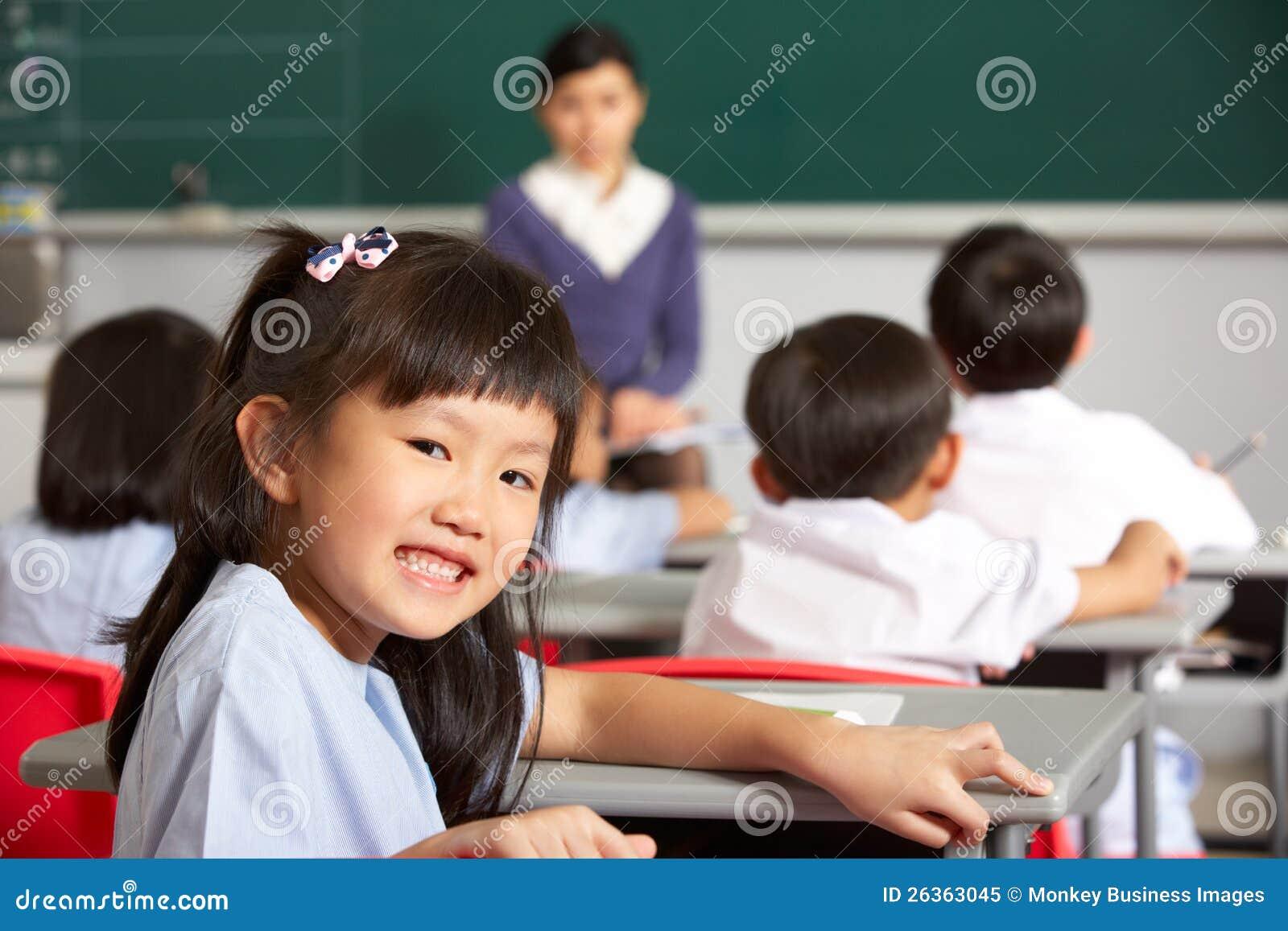 Pupille, die am Schreibtisch in der chinesischen Schule arbeitet
