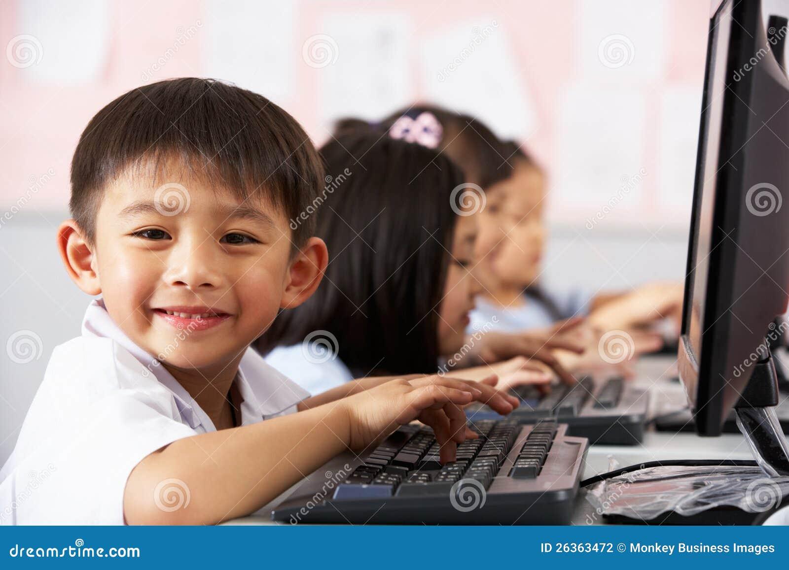 Pupille, die Tastatur während der Computer-Kategorie verwendet