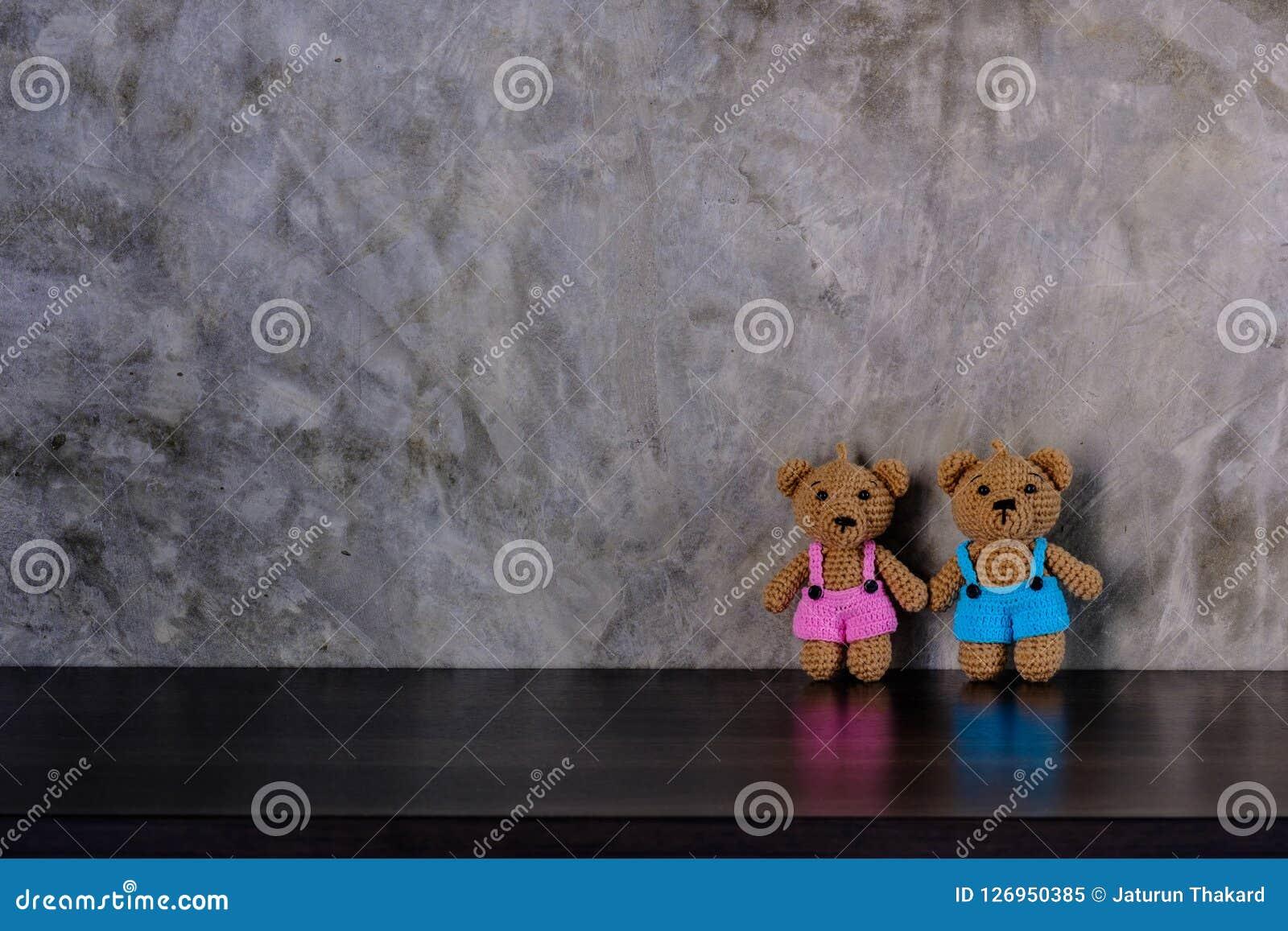 Puppenbärnhändchenhalten und -stellung der Paare braunes