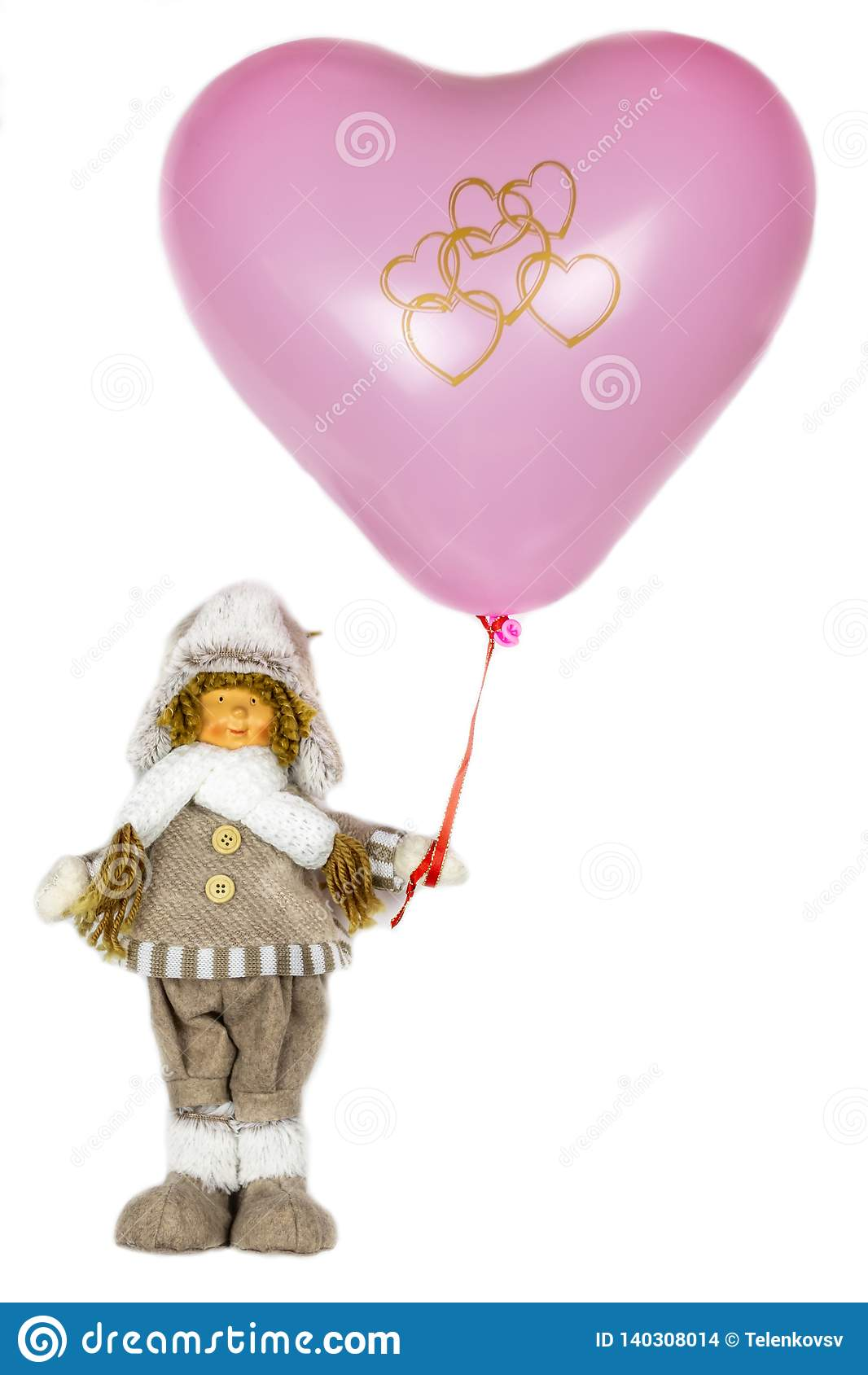Puppenmädchen in der Winterkleidung mit einem rosa Herzball Weißer Hintergrund, der Feiertag des Valentinsgrußes, Liebe, Herz von
