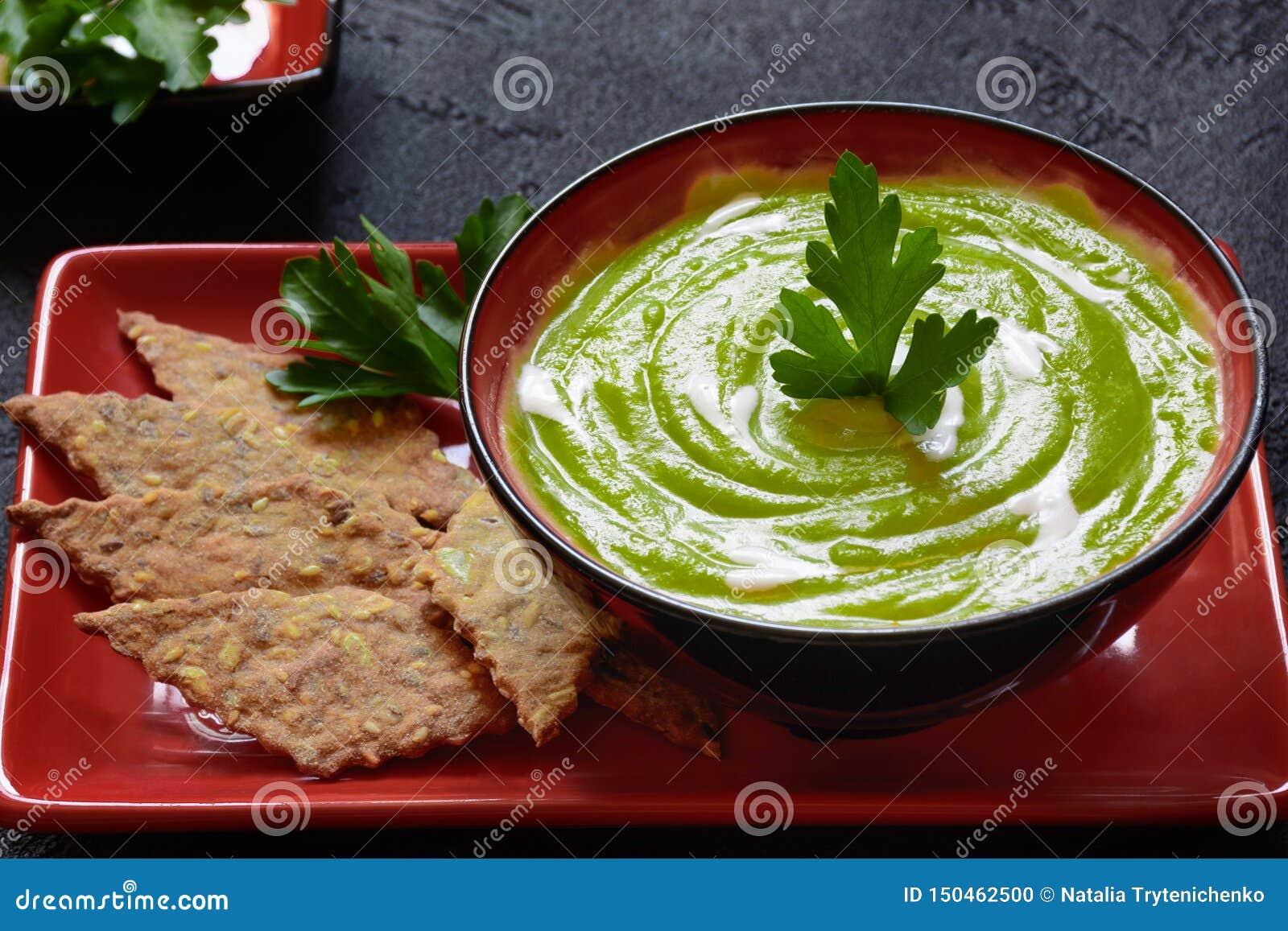 Purè vegetariano della minestra dei piselli