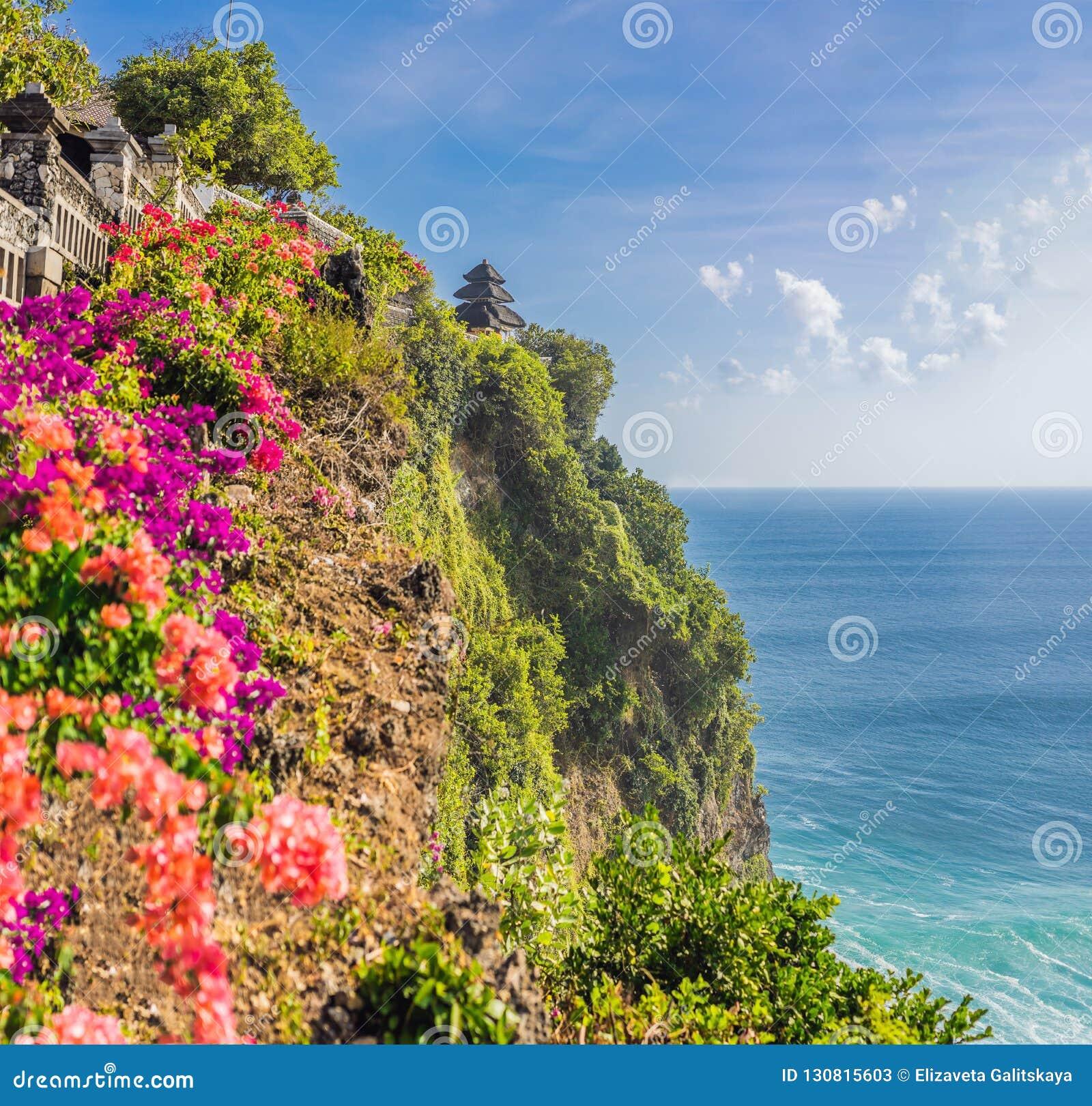 Pura Luhur Uluwatu Temple, Bali, Indonésie Paysage étonnant - falaise avec le ciel bleu et la mer