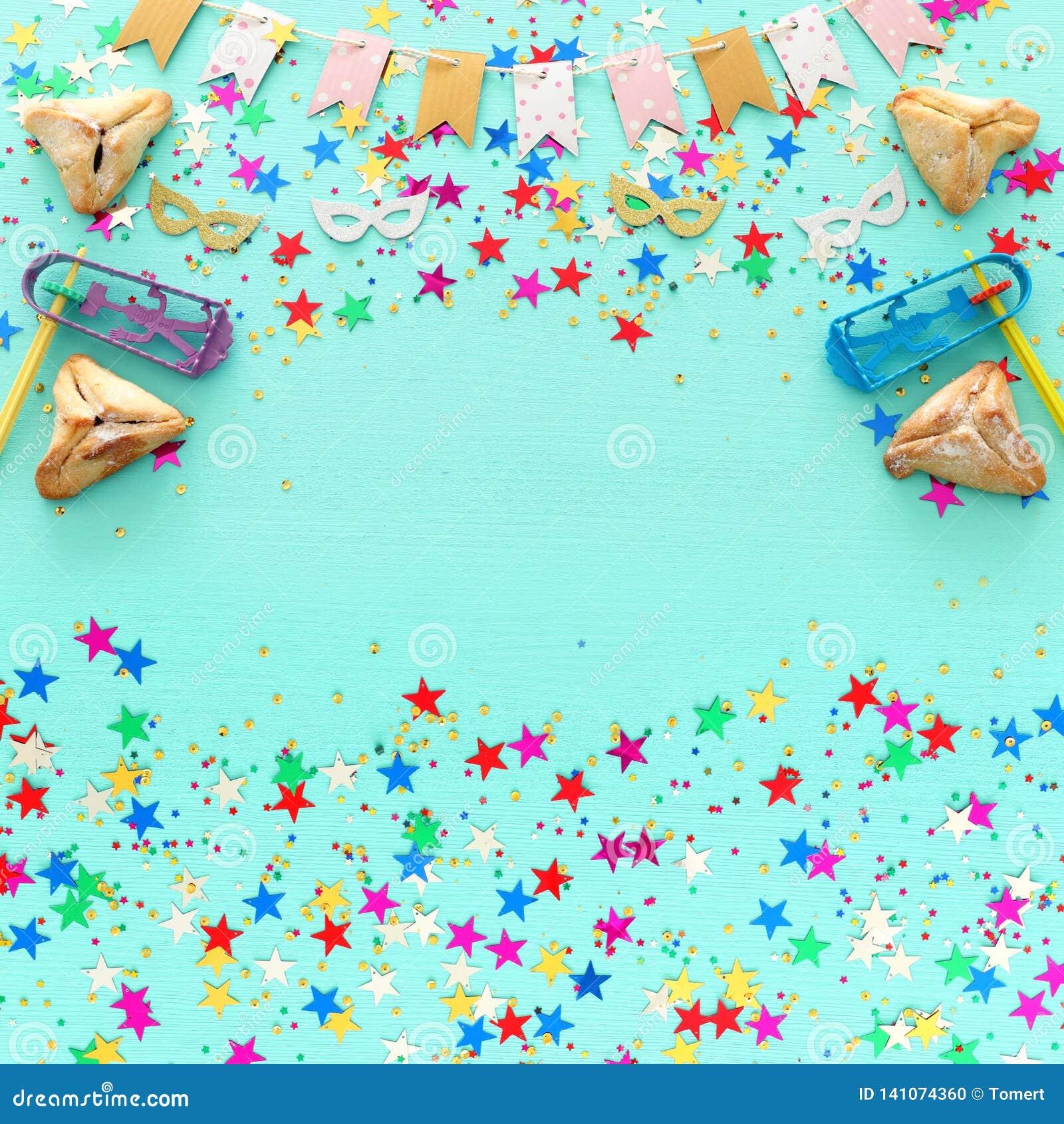 Purim świętowania pojęcie & x28; żydowski karnawałowy holiday& x29; nad drewnianym pastelowym błękitnym tłem Odgórny widok, miesz
