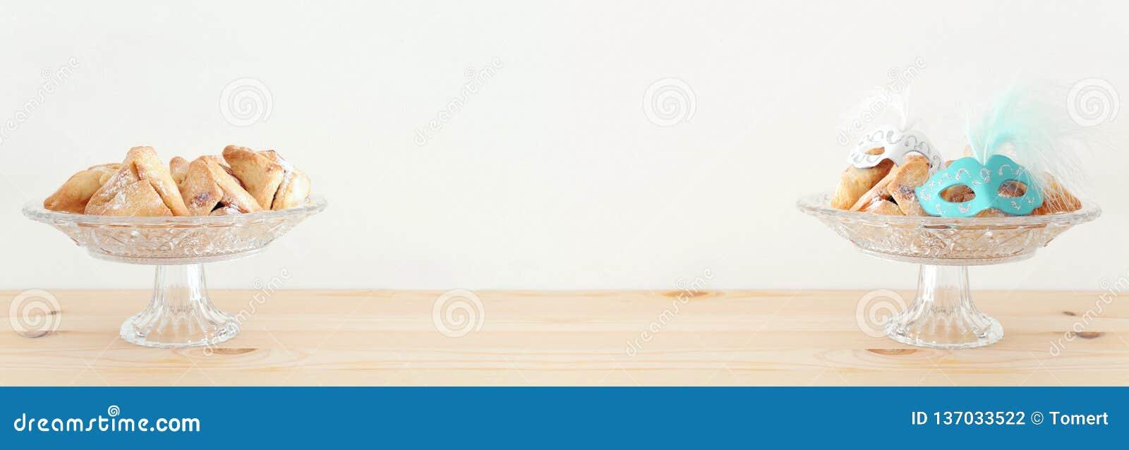 Purim świętowania pojęcie & x28; żydowski karnawałowy holiday& x29; nad drewnianym stołu i bielu tłem