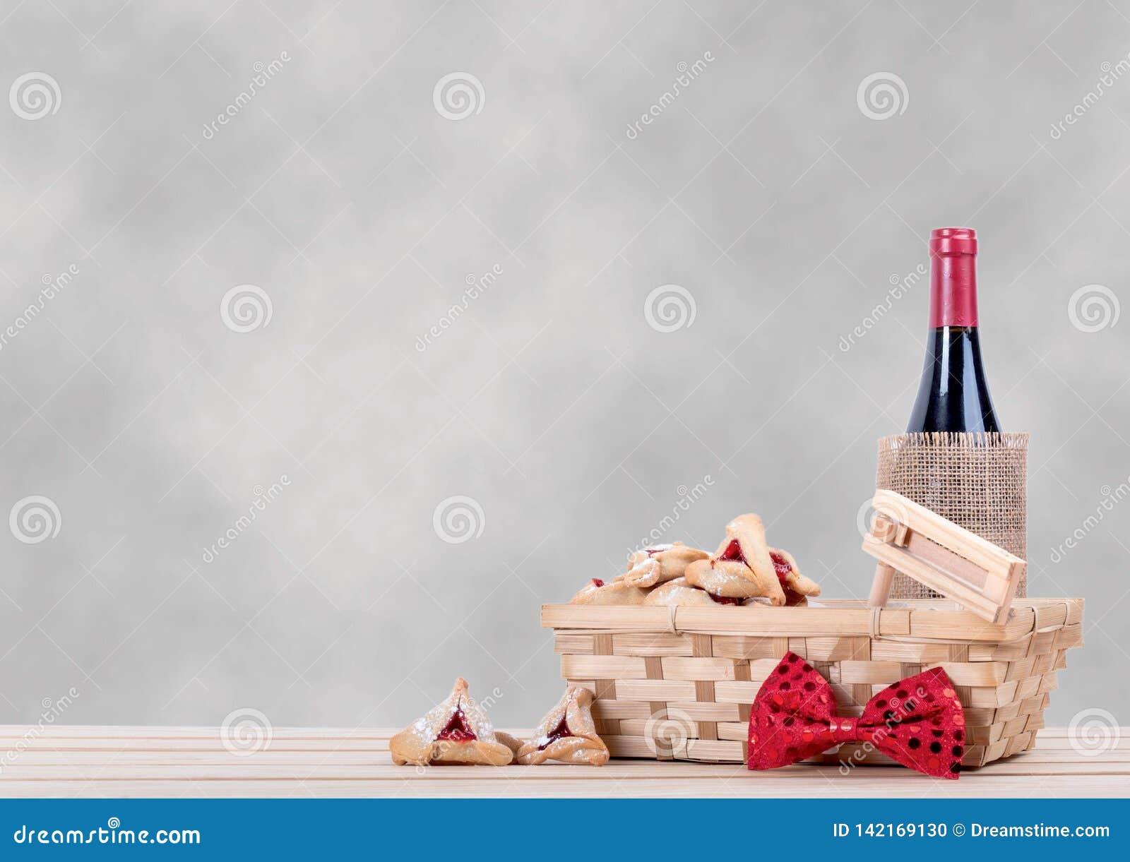 Purim bakgrund med trätabellen, hamantaschen vin och gragger