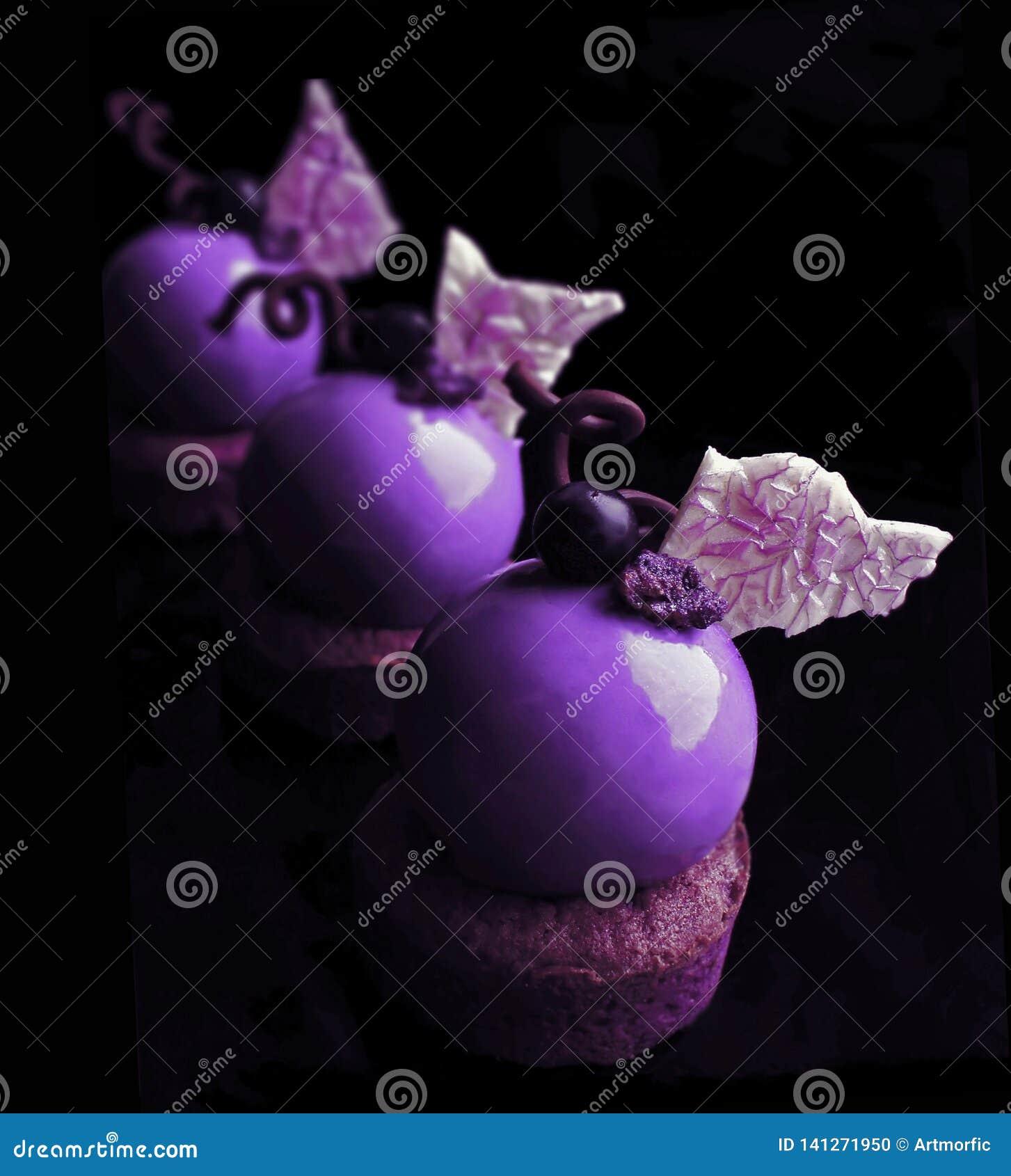 Purpere desserts met witte chocoladebladeren en druiven