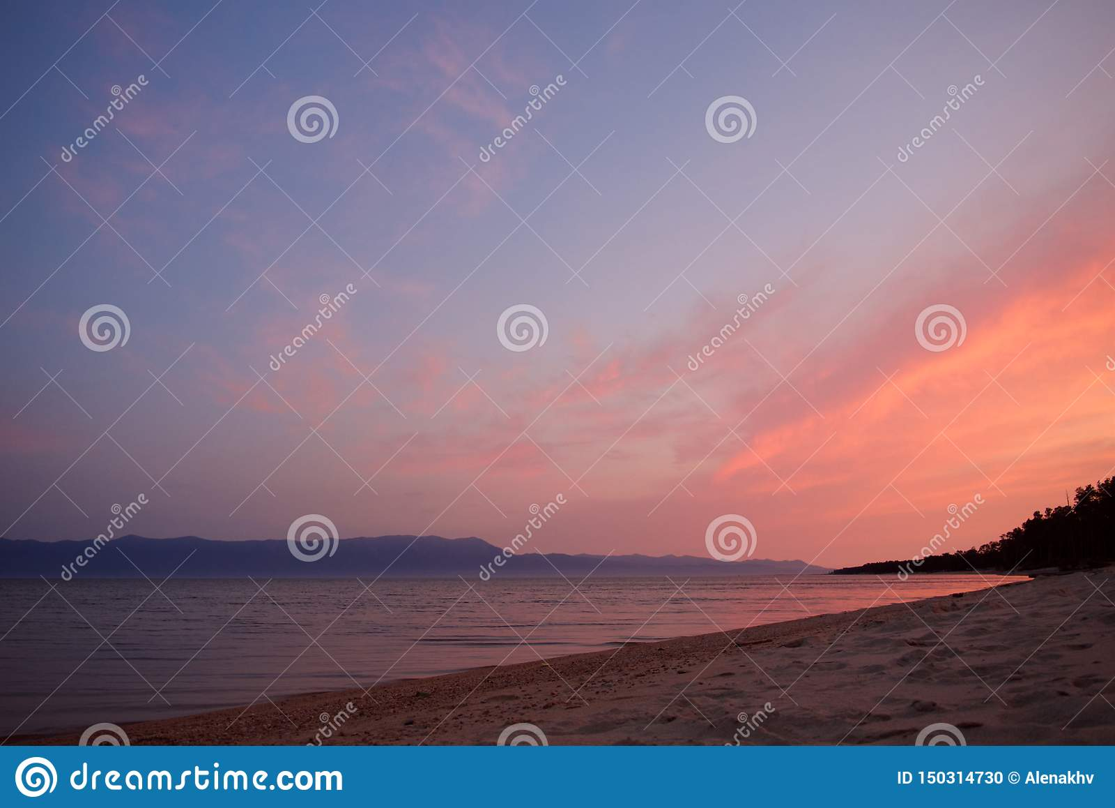 Purpere en roze zonsopgang over het meer van Baikal