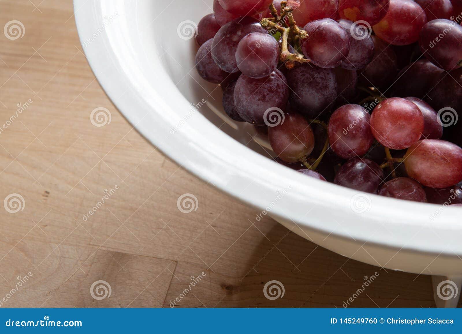 Purpere geschotene druiven gebruikend natuurlijk licht