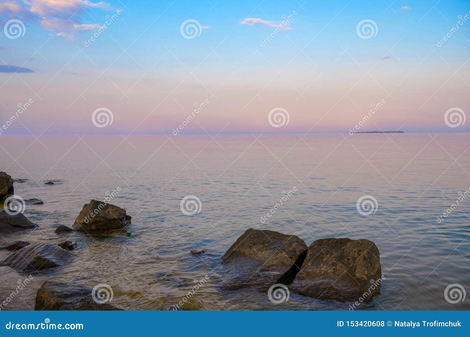 Purpere schemer Mooie wolken over het kalme overzees Roze zonsondergang op het overzees