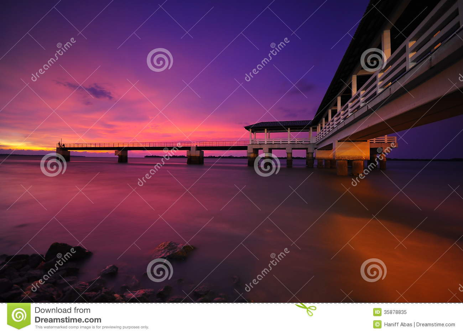 Purpere zonsondergang bij Bagan Datoh Malaysia-de foto van de piervoorraad