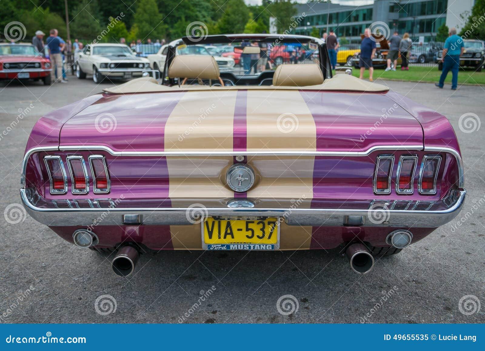 Purpur und hintere Ansicht Goldklassischen Ford Mustang-Cabriolet