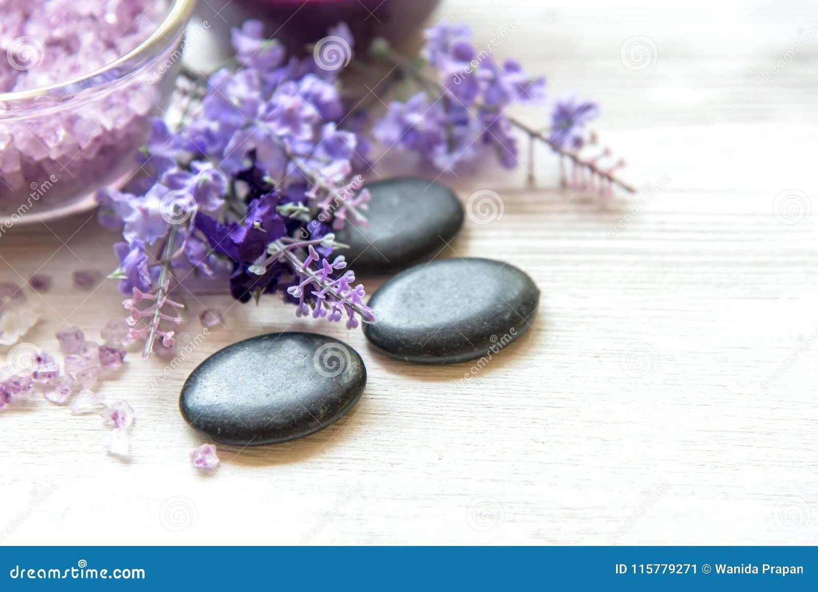 Purpurfärgad lavendelaromatherapy Spa med salt och behandling för kropp Thailändska Spa kopplar av massage