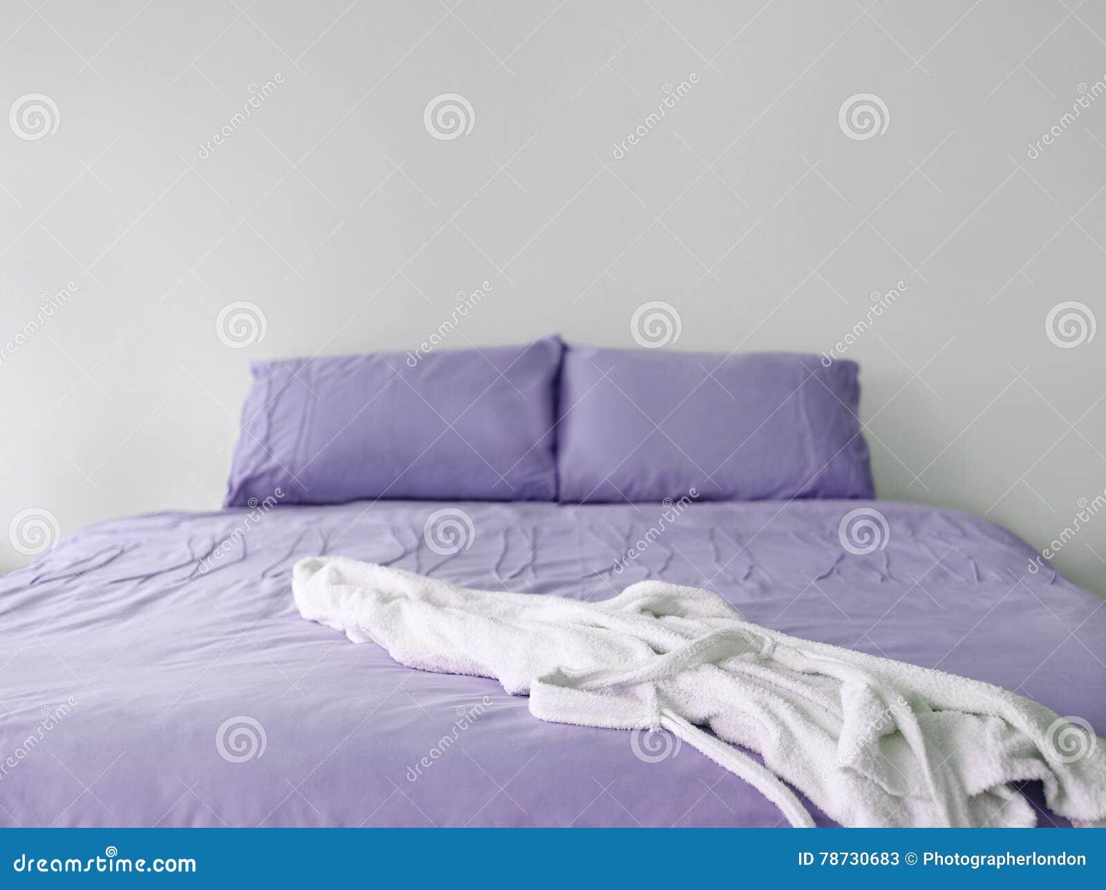Purpurfärgad sängkläder med ämbetsdräkten