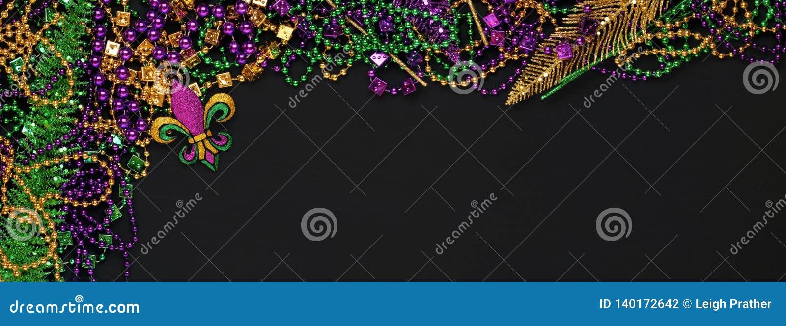 Purpurfärgade, guld- och gröna Mardi Gras pärlor och garneringar