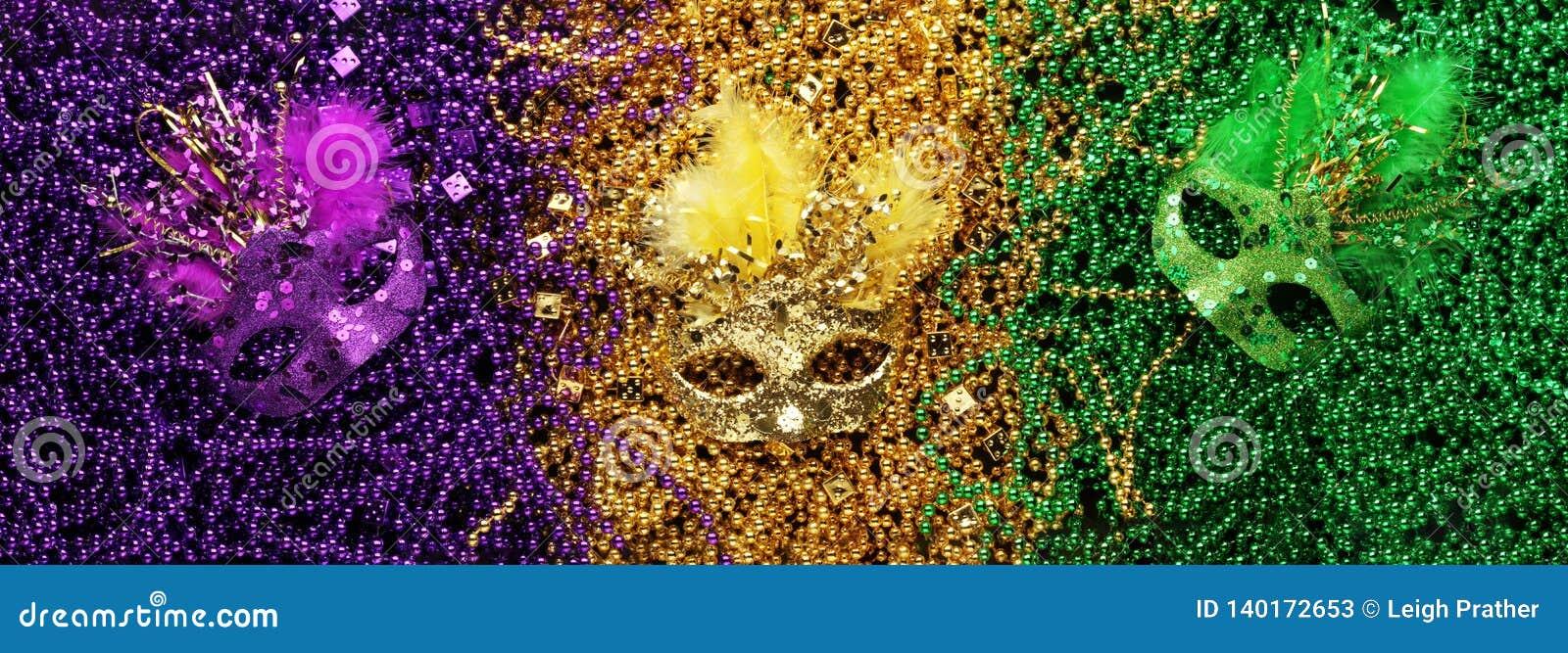 Purpurfärgade, guld- och gröna Mardi Gras pärlor och maskeringar