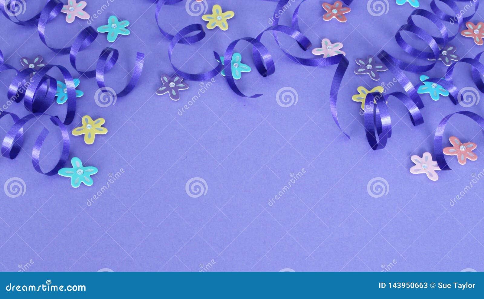 Purpurfärgat band och blommor på purpurfärgad bakgrund