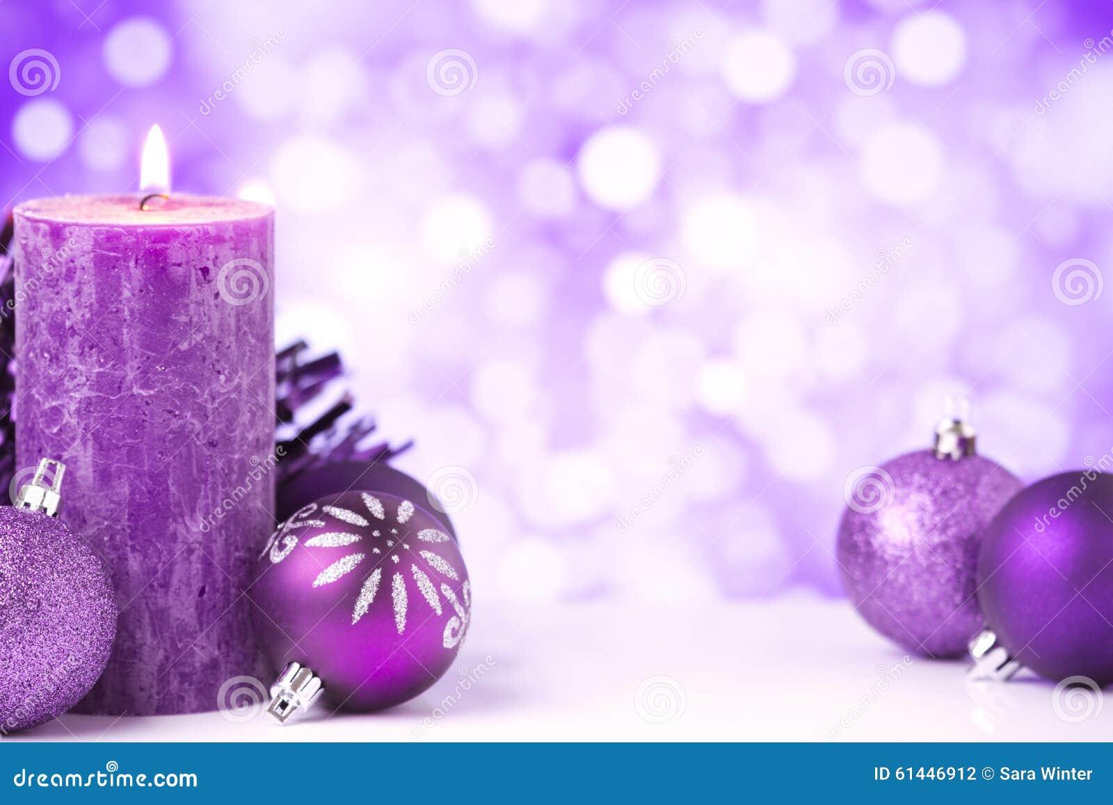 Purpurowa Bożenarodzeniowa scena z baubles i świeczkami