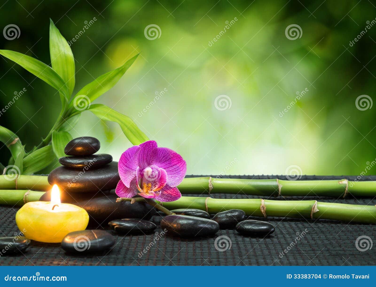 Purpurowa orchidea, świeczka, z kamieniami, bambus na czerni macie