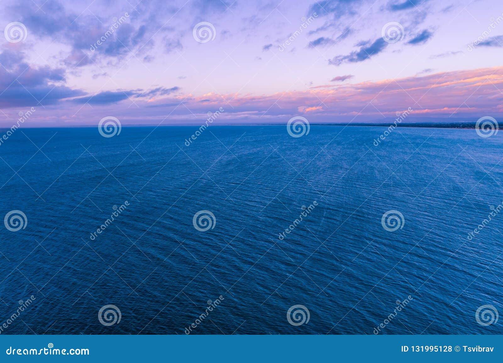 Purpurowy półmrok nad spokojnym oceanem