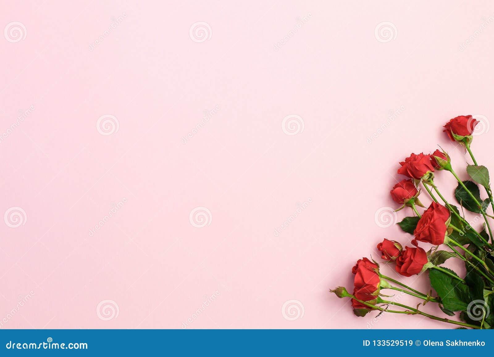Purpurrote Blumen und grüner Eiscremekegel auf rosa Hintergrund Flache Lage