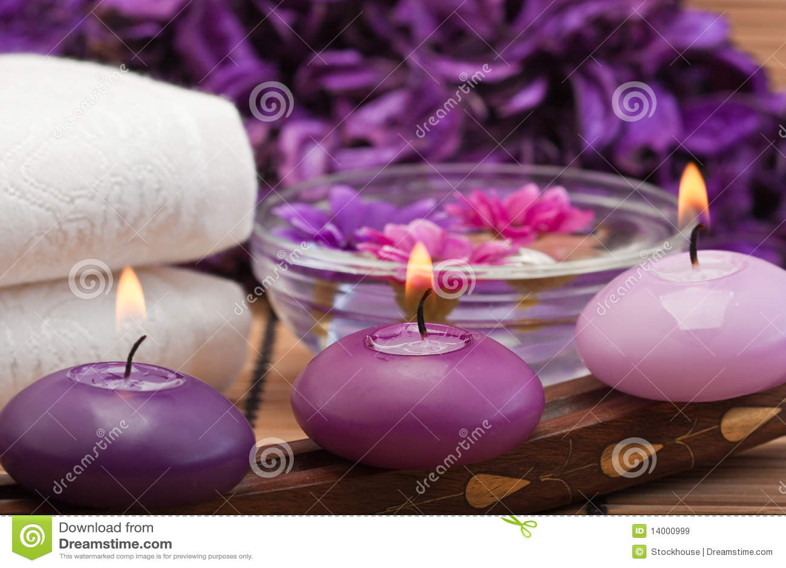Purpurrote Kerzen und Blumen in Badekurorteinstellung (1)