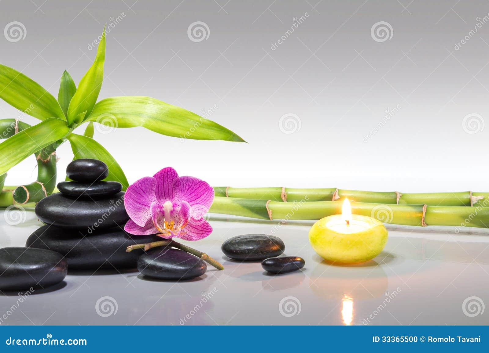Purpurrote Orchidee Kerze Mit Den Bambus Und Schwarzen Steinen