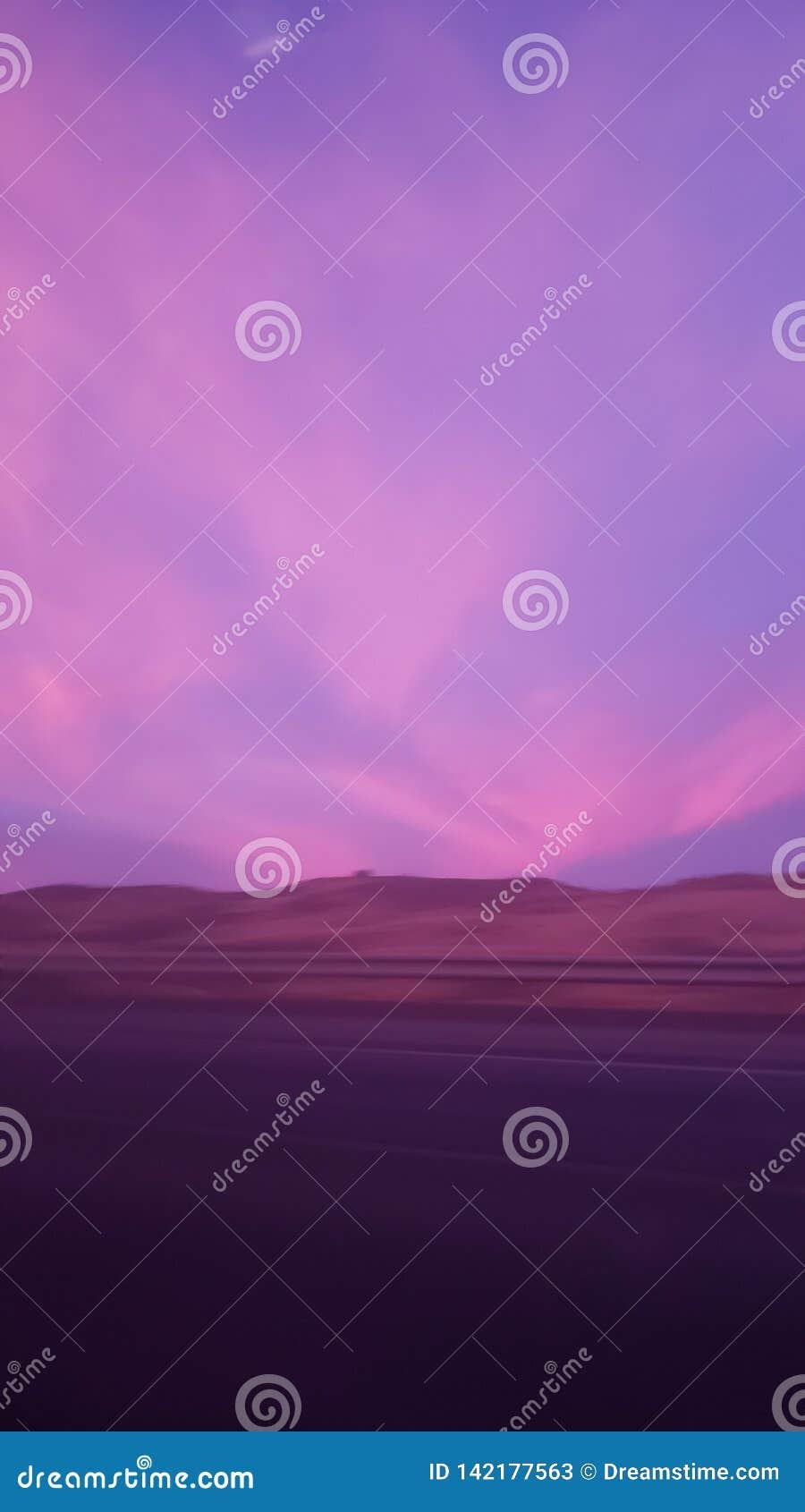 Purpurrote u. rosa Wolken während des Sonnenuntergangs